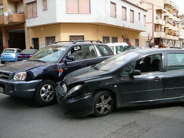 Sucesos / Un accidente de tráfico en Pablo Picasso obliga a cortar la calle El choque de ambos vehículos se produjo cuando uno de ellos se saltó el ceda el paso colisionando contra el todoterreno que