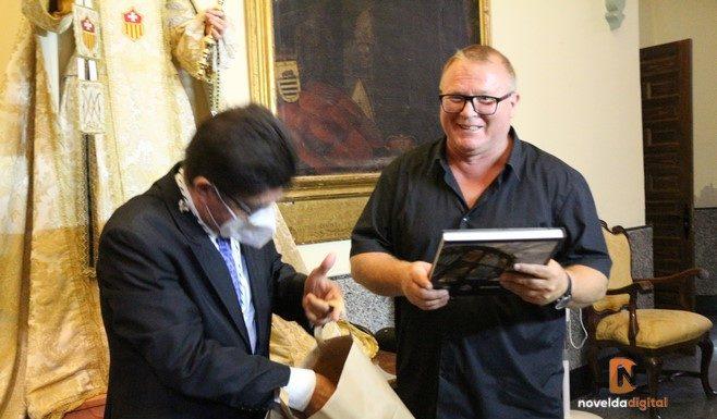 Entrega detalles a Manuel Ramos de manos del presidente de la Asamblea