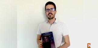 Sergio Mira Jordán junto a su nueva novelda Una extraña en la madriguera