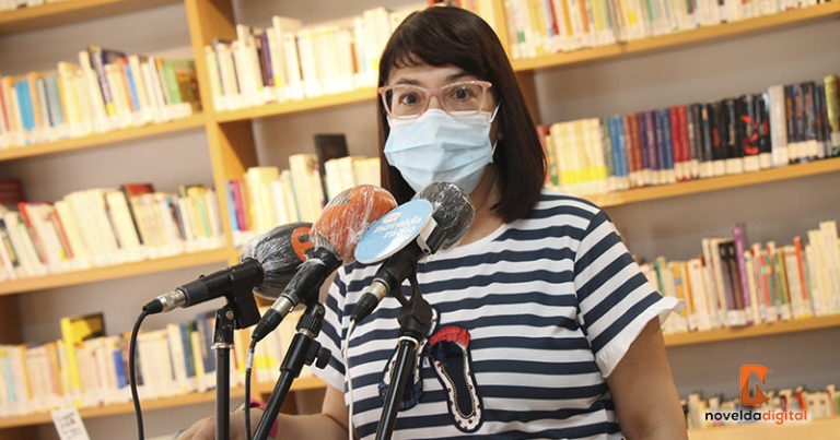La escritora noveldense Rosa Muñoz dona su obra a la Biblioteca Juvenil
