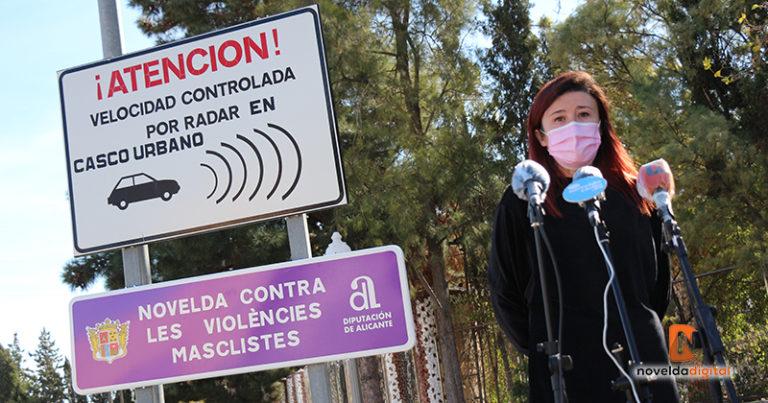 Novelda visibiliza la violencia de género a las entradas del municipio