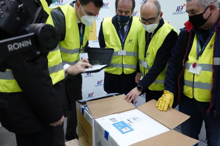 Llegan a España las primeras dosis de la vacuna contra la COVID-19. Ver las imágenes