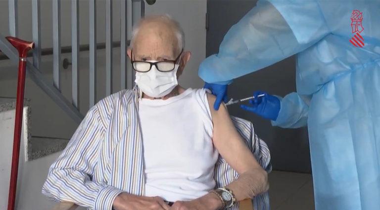 Batiste Martí, de 81 años, recibe la primera dosis de la vacuna contra el coronavirus en la Comunitat Valenciana