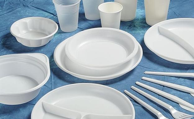 Desde hoy, platos y vasos  de plástico, bastoncillos, embases de polietileno o pajitas de plástico quedan prohibidos en la Unión Europea