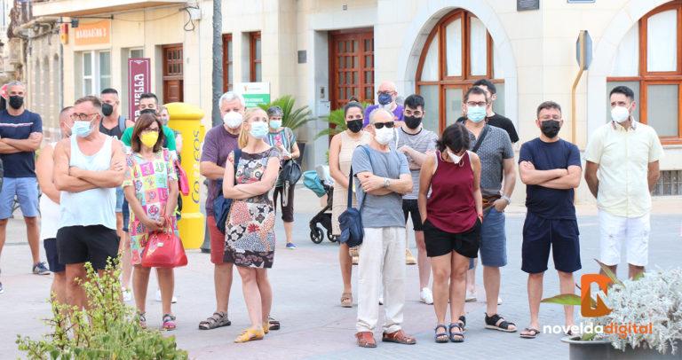 El Ayuntamiento, el Colectivo LGTBIQ+ Novelda y congregados en la Plaça Vella guardan un minuto de silencio contra la violencia y los asesinatos homófobos