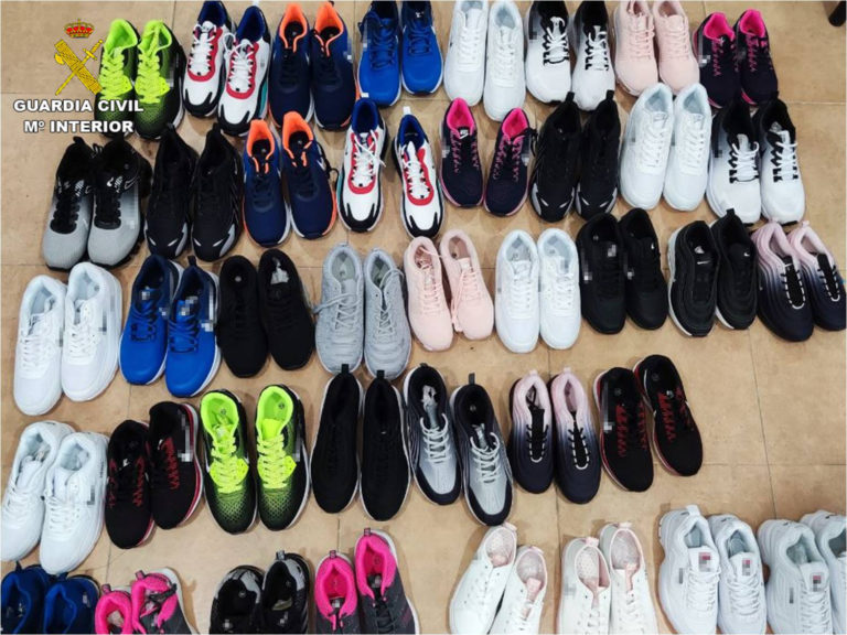 La Guardia Civil incauta casi 3.500 prendas de ropa de diferentes marcas falsificadas