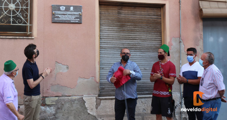 El Ayuntamiento y la Junta Gestora  de Moros y Cristianos inauguran una placa en conmemoración del lugar donde se iniciaron las fiestas