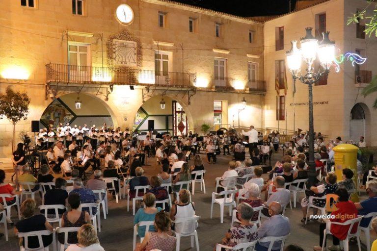 Concierto en la Plaça Vella por el Orfeón Noveldense Solidaridad y la UM «La Artística» de Novelda