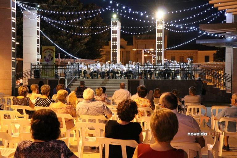 El templete de La Glorieta acoge a «Los Flamencos» en una velada de música ligera