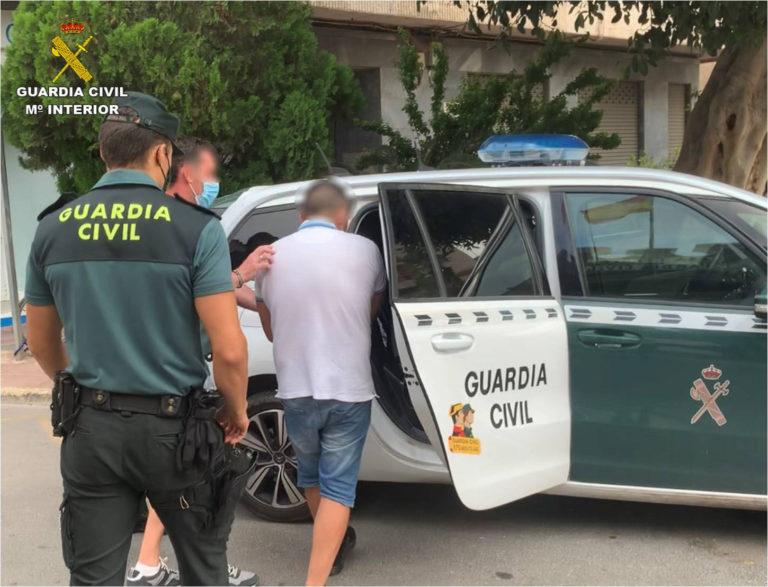 La Guardia Civil detiene al hombre que golpeó contra la pared a una mujer de 87 años, que caminaba con andador, para sustraerle el bolso