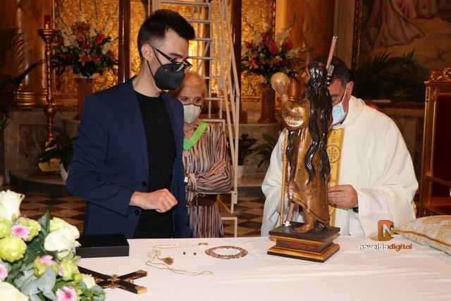 La Congregación Santa María Magdalena celebra sus 100 años cambiando la cruz que porta La Santa