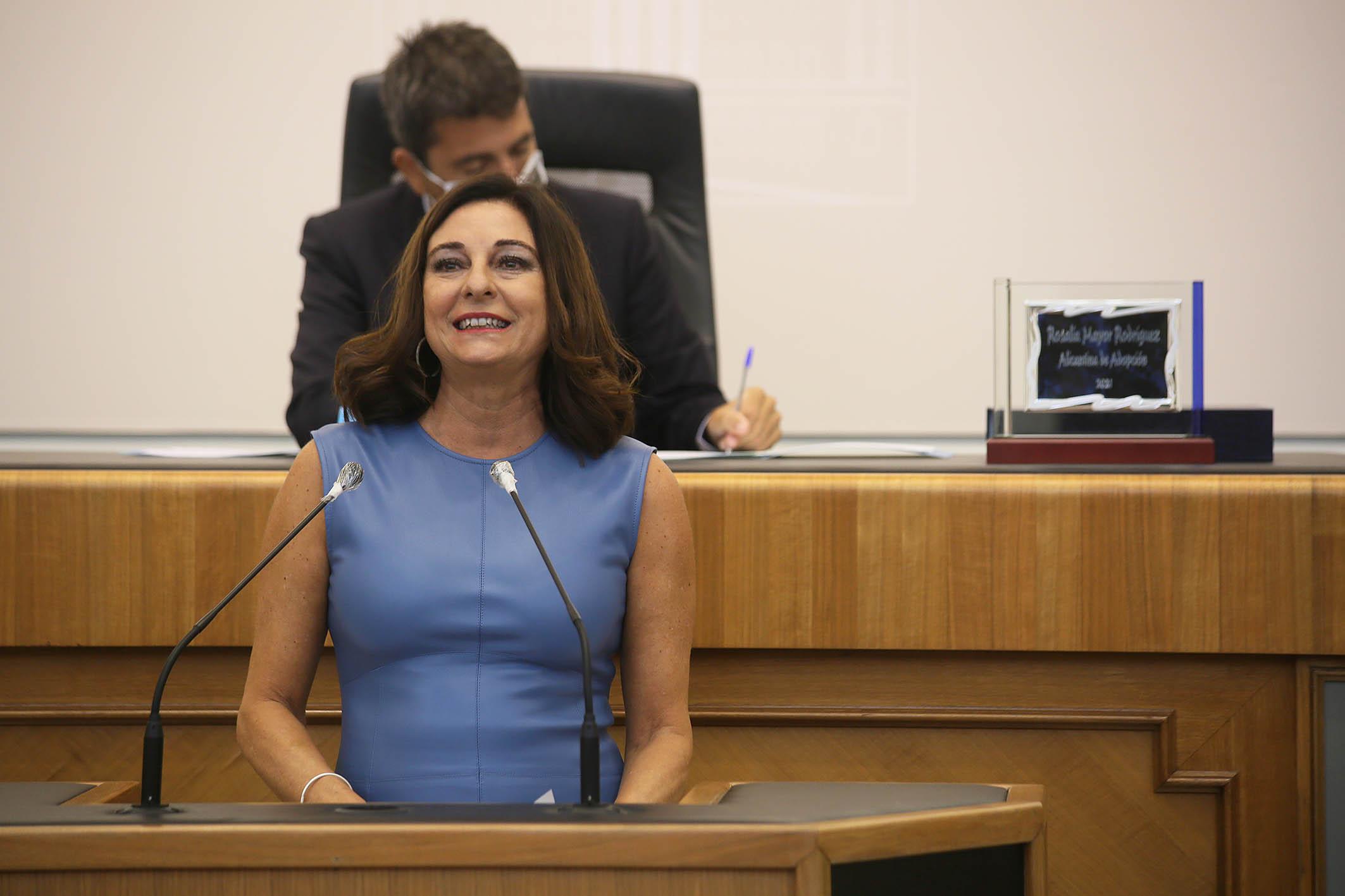 La periodista Rosalía Mayor recibe el título de 'Alicantina de Adopción 2021'